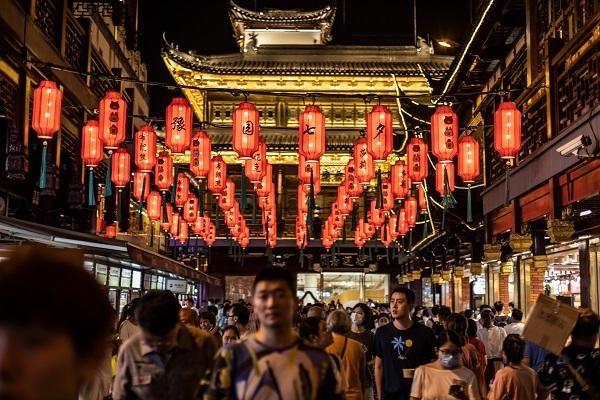 豫园商城|过七夕赏花灯 身着中装的布朗熊亮相豫园庙会