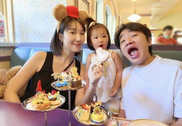 """王祖蓝""""被迫营业""""与妻子同框拍照,李亚男挺孕肚出镜不忘秀"""