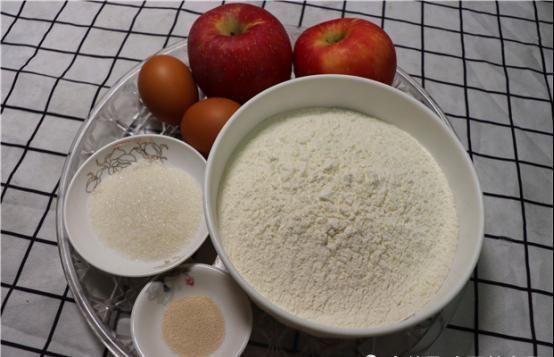 想不到 面粉里加入两个苹果,想不到这么好吃,松软香甜,出锅瞬间抢吃光